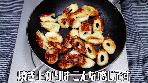 油が温まったら、少し火を落として、溶いた天ぷら粉をまぶした竹輪を入れて、焼いていきます。