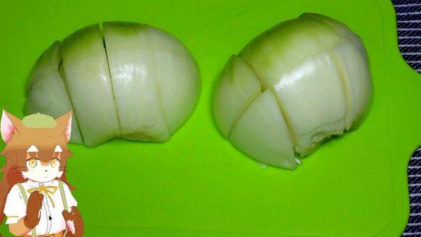 玉ねぎは、薄皮を剥いて ざっくりと切りました。
